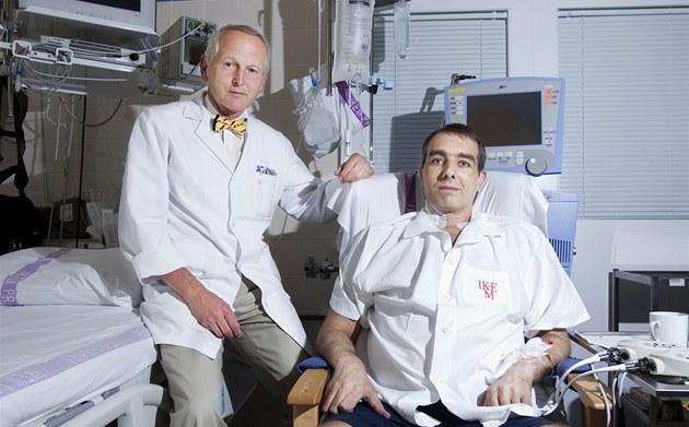 Kardiochirurg Jan Pirk se svým pacientem Jakubem H. po unikátní operaci-