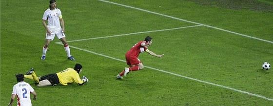 Česko - Turecko: Nihat Kahveci dává gól.