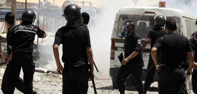 Tuniská policie b�hem nepokoj� v hlavním m�st�. (12. �ervna)