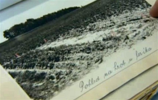 Pohled na hrob u lesíka na návr�í zvaném �védské �ance nedaleko P�erova. Práv�
