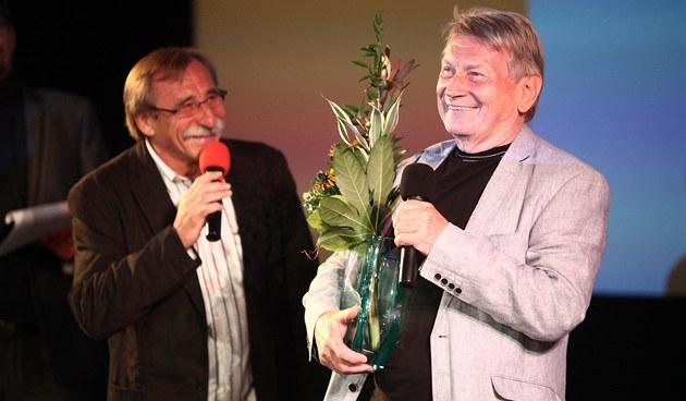 Josef Dvo�ák p�ebírá cenu za celo�ivotní p�ínos komedii na festivalu