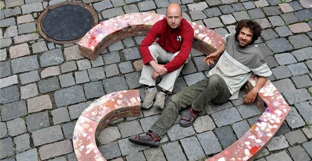 Auto�i Luká� Gavlovský (vpravo) a Roman �vejda instalují na nádvo�í bývalého