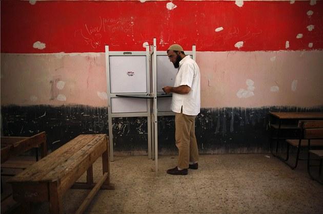 Egyp�an si chystá sv�j hlasovací lístek ve druhém kole prezidentských voleb.