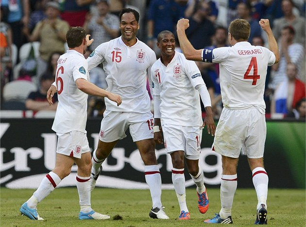RADOST ANGLIAN. James Milner (zleva), Joleon Lescott, Ashley Young a Steven...