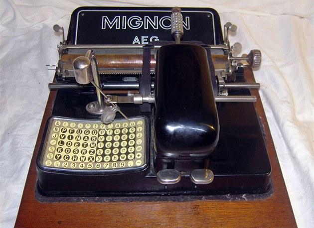 P�ístroj p�ipomíná spí� �ifrovací stroj nebo pokladnu ne� psací stroj.