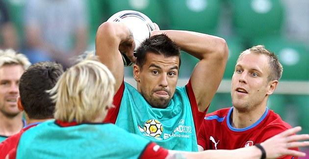 Milan Baro� vhazuje mí� na pond�lním tréninku �eské reprezentace p�ed zápasem s