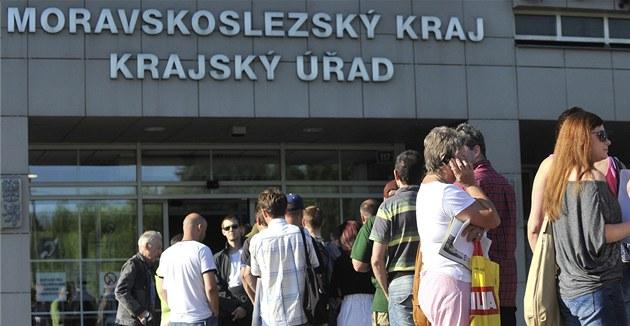 Několik stovek lidí přišlo na krajský úřad podat žádost o dotaci na ekologický