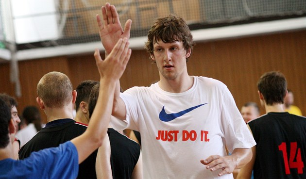 JEN DO TOHO! Jan Veselý se po tréninku zdraví s mladými basketbalisty z BCM...