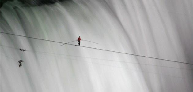 Nik Wallenda p�ekonává Niagarské vodopády na visutém lan� (15. �ervna 2012)