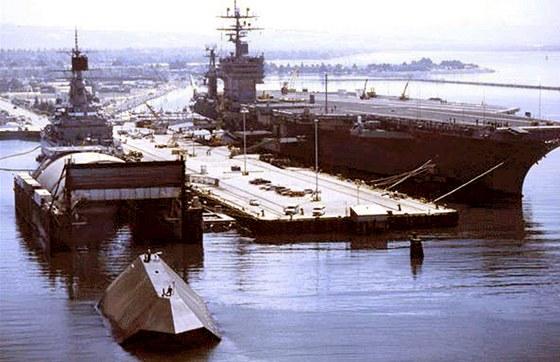 Ponorný dok HMB-1 (vlevo) v době, kdy sloužil výzkumné lodi Sea Shadow. V tuto chvíli už ho námořnictvo prodalo neznámému kupci k sešrotování. Za HMB-1 a Sea Shadow dostalo velmi slušných 3,2 milionu dolarů. Cena materiálu, na který musí kupec lodě rozebrat, je v tuto chvíli hrubým odhadem zhruba jen o čtvrtinu vyšší.