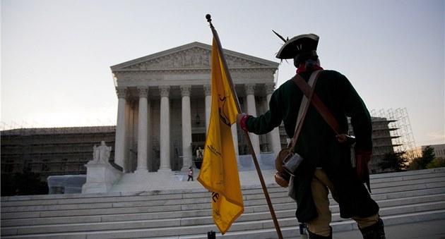Odp�rce Obamovy zdravotní reformy dr�í strá� p�ed budovou Nejvy��ího soudu ve
