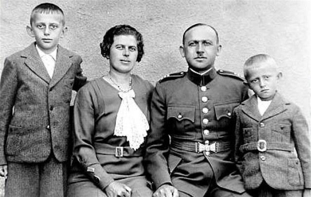 Rodina. Vrchní strá�mistr Karel Kn�z s rodinou. Zleva star�í syn Karel a