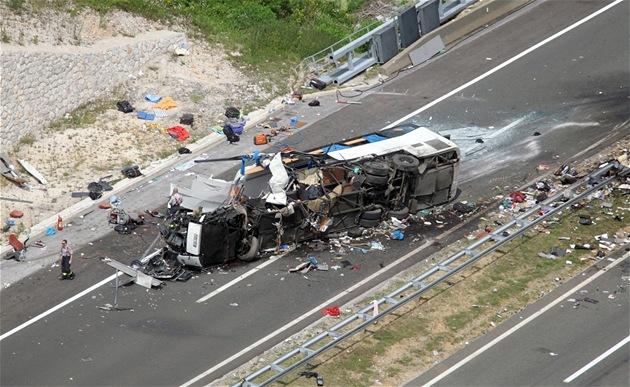 Nehoda �eského autobusu na chorvatské dálnici A1, p�i ní� zahynulo osm lidí a...