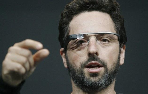 Sergey Brin, spoluzakladatel Google, p�edvádí Google Glass na I/O konferenci