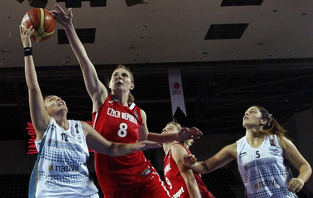 esk&#225; basketbalistka Ilona Burgrov&#225; (erven&#225; 8) blokuje argentinskou soupeku