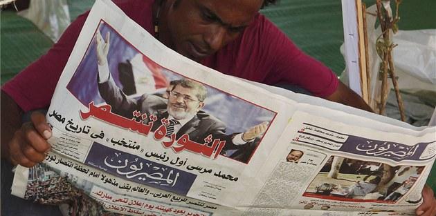 Ikonický Tahrír zaplavily noviny s novým egyptským prezidentem na titulní