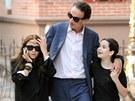 Mary Kate Olsenov� a jej� p��tel Olivier Sarkozy se svou dcerou