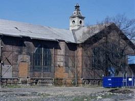 Strojovna s kompresorovnou zanikl�ho Dolu Barbora v Karvin�.