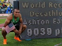 Ashton Eaton p�zuje s hodnotou sv�ho sv�tov�ho rekordu v desetiboji - 9 039 bod�.