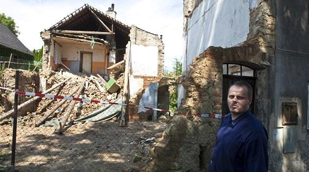 V ulici Horní Dubina se z�ítila p�ední �ást rodinného domku. Na podmá�ené p�d�