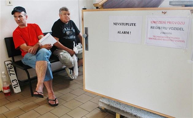 Lidé marn� �ekající na registraci vozu v Pardubicích - �erné za Bory