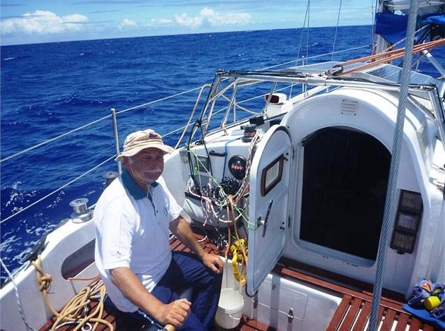 Mo�eplavec Petr Ondrá�ek na své plachetnici Singa.