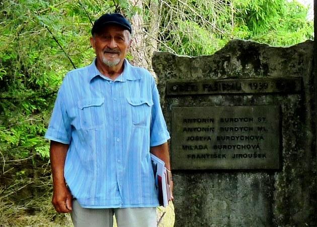 Antonín Burdych p�ed pomníkem svých rodi�� a prarodi��.