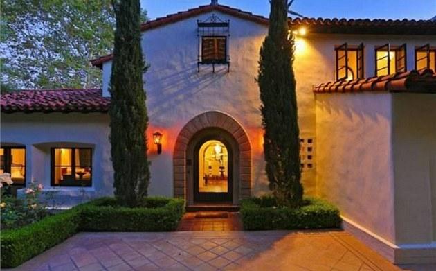 Luxusní sídlo le�ící blízko North Roxbury Drive p�sobí velmi elegantn� a je...