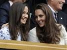 TO SI NENECHÁME UJÍT. Manželka britského prince Williama Kate (vpravo) a její sestra Pippa sledují finále Wimbledonu mezi Andym Murraym a Rogerem Federerem.