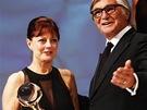 Oscarov� here�ka Susan Sarandonov� s K�i���lov�m gl�bem od prezidenta festivalu Ji��ho Barto�ky