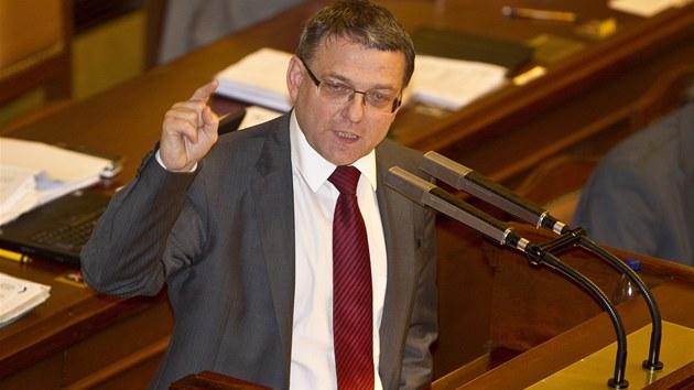 Lubomír Zaorálek b�hem poslanecké sch�ze, na které se bude hlasovat o ned�v��e