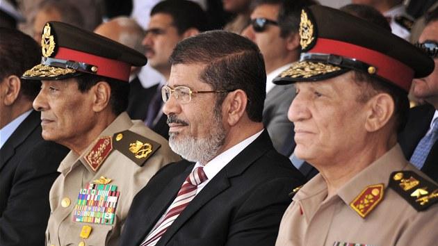 Egyptský prezident Mohammad Mursí (uprost�ed) a p�edseda Nejvy��í rady...