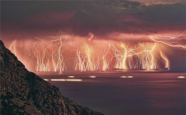 Bou�e nad �eckým ostrovem Ikaria. Snímek vznikl spojením 70 fotografií.