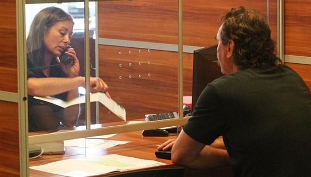 Pracovnice haví�ovského odd�lení  registru vozidel se sna�í vy�ídit �ádost v