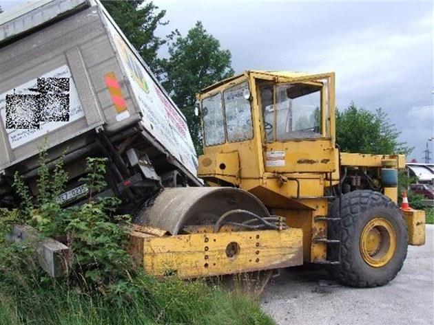 Silni�ní válec zp�sobil ve Vrchlabí na nákladních vozidlech a dopravním zna�ení