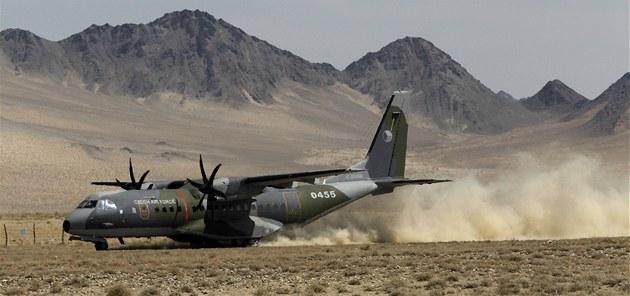 P�istání �eského armádního letounu CASA na nezpevn�ném povrchu leti�t� v Bulganu