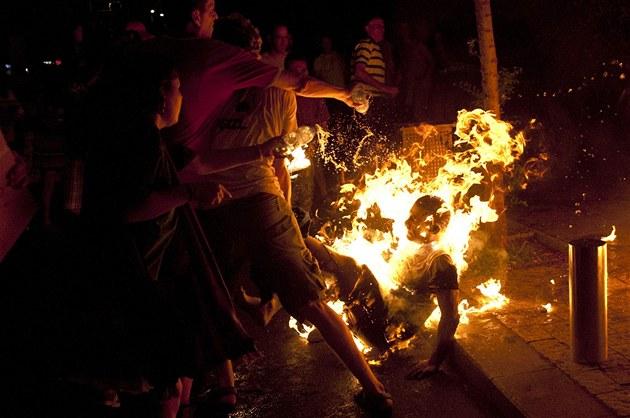 Ú�astníci telavivských protest� se sna�í uhasit mu�e, který se cht�l upálit....