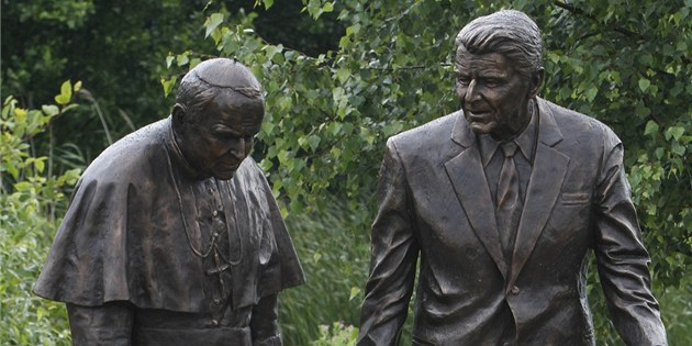 Souso�í Ronalda Reagana a pape�e Jana Pavla II. v gda�ském parku