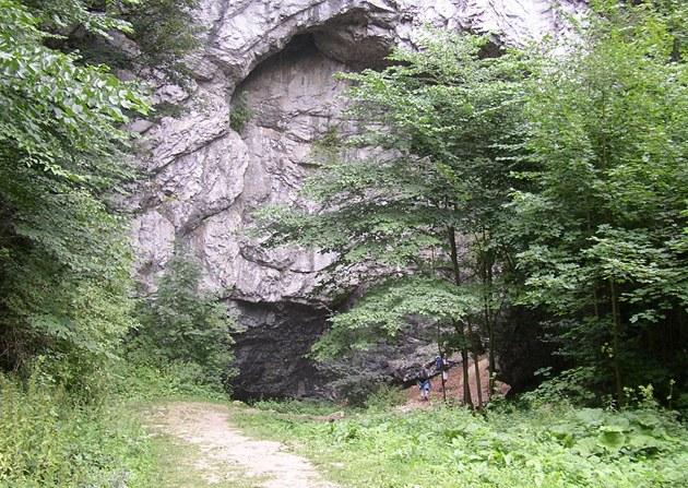 Skála se vchodem do jeskyn� Bý�í skála