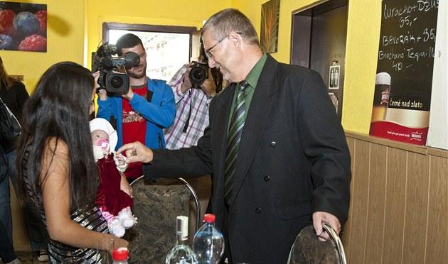 Policejní �editel Vladimír Danyluk p�i setkání s Michalkou a její matkou
