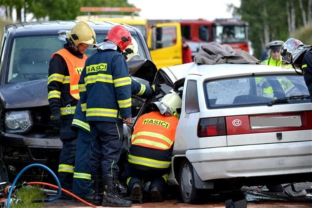 St�et nep�e�il �idi� osobního auta, silnice byla hodinu a p�l zcela uzav�ena.