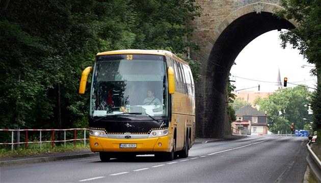 �lutý autobus spole�nosti Student Agency odjí�dí z Chebu sm�rem na