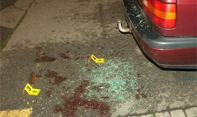 Cyklista si poraníl kr�ní tepnu poté, co zezadu najel do zaparkovaného auta a...