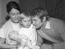 Jaroslav Holík vždy řadil svoji rodinu na první místo. Na archivním snímku z roku 1970 je s manželkou a dcerou Andreou, později výbornou tenistkou.