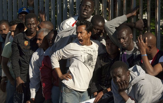 Imigranti �ekají frontu na �ádost o azyl. Z tisícovky jich bude moci legáln�