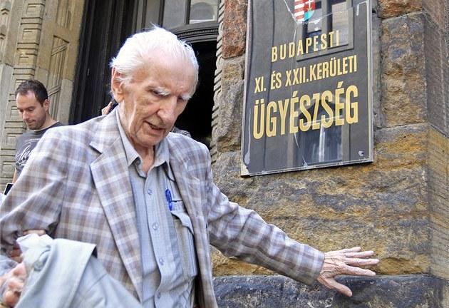László Csatáry opou�tí prokuraturu v Budape�ti. (18. �ervence 2012)