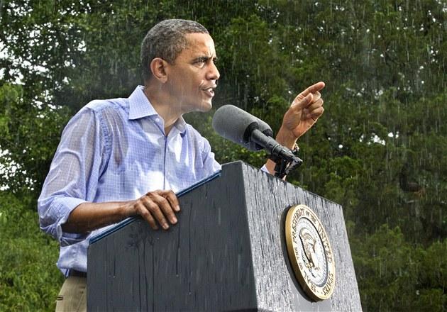 Barack Obama vede p�edvolební kampa� i navzdory silnému de�ti ve virginském...