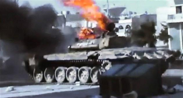 Tank syrské armády ho�í po st�etu s povstalci ve m�st� Aleppo (23. �ervence