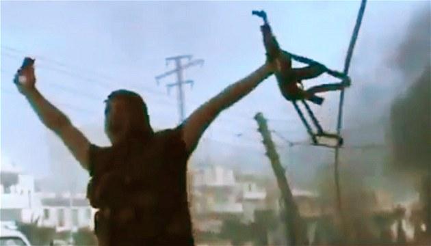 Jeden z protivládních bojovník� slaví úsp�ch v boji se Syrskou armádou ve m�st�