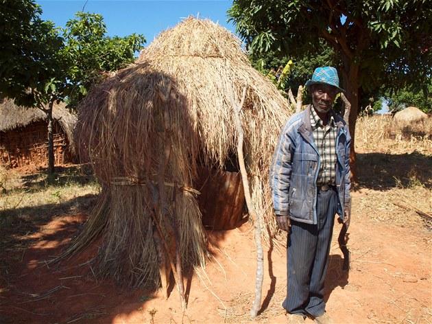 Ve vesnici Nhunha m�la mise úsp�ch. Lidé hrd� pózují p�ed vchodem svých
